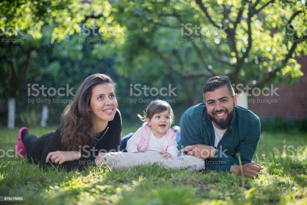 快樂的父母和他們的孩子 免版稅 stock photo