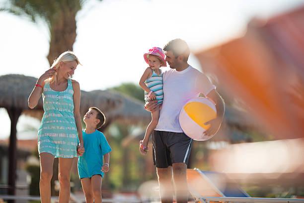 glückliche eltern auf einen sommer urlaub mit ihren kindern. - pool schritte stock-fotos und bilder