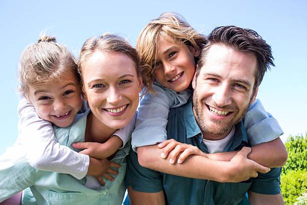 Glückliche Eltern mit ihren Kindern – Foto