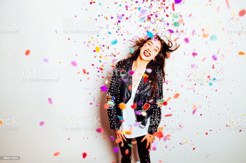 Femme heureux parti avec des confettis - Photo