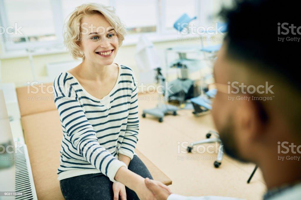 Glückliche Patienten Besuch Frauenarzt – Foto
