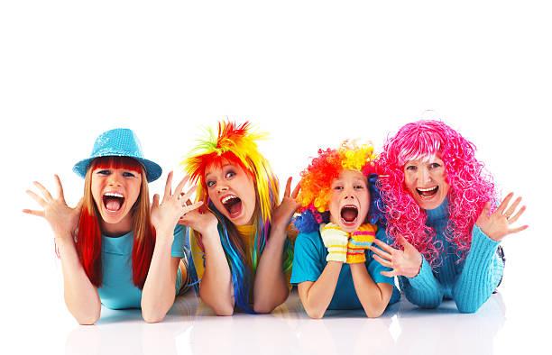 glückliche menschen, die farbenfrohen perücken tricks. - camouflagekleidung mädchen stock-fotos und bilder