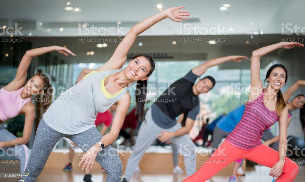 Glückliche Menschen in einem Aerobic-Kurs in der Turnhalle – Foto