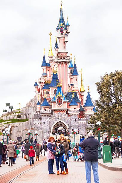 povo alegre próximo ao castelo na disneyland paris. - castelo - fotografias e filmes do acervo