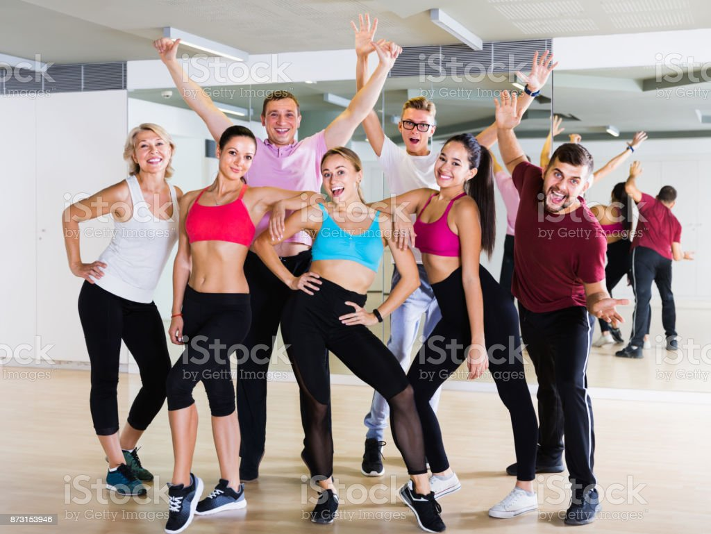 pessoas felizes, posando no estúdio de fitness - foto de acervo