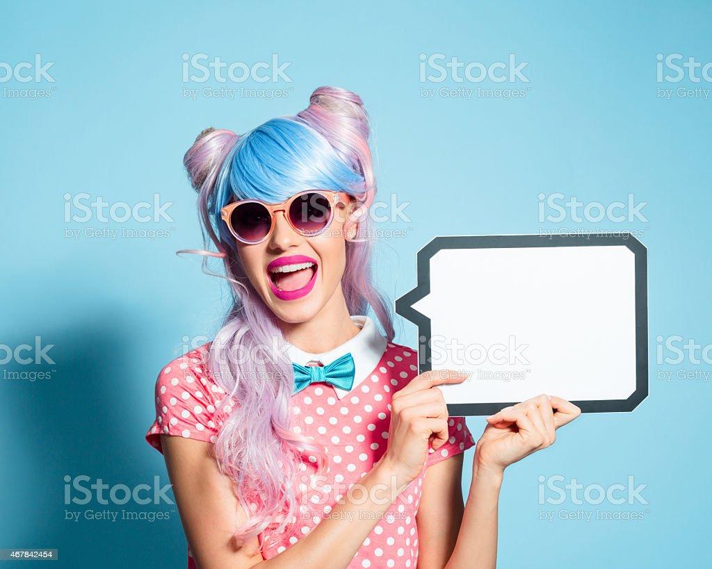 Feliz Cabelo Rosa Estilo Mangá garota segurando discurso de pensamento - foto de acervo