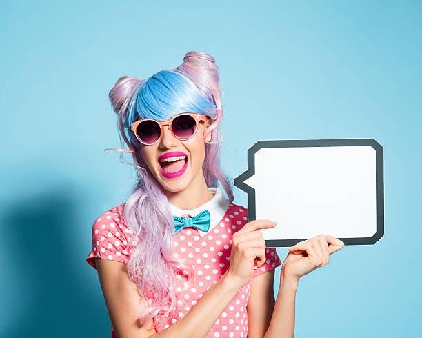 happy pink hair mangastil mädchen mit sprechblase - flippige outfits stock-fotos und bilder