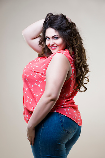 Plus Size Modemodell Sexy Dicke Frau Auf Beige Hintergrund