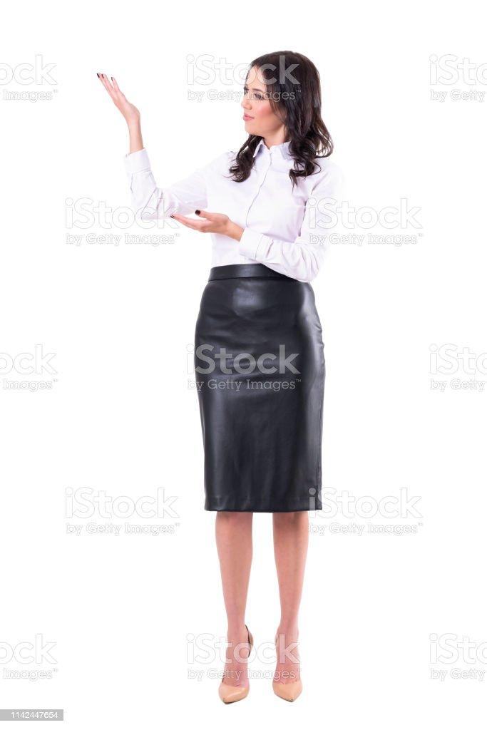 802f86296ee0 Glücklich Positive Hübsche Businessfrau In Leder Schwarzen Rock Und ...