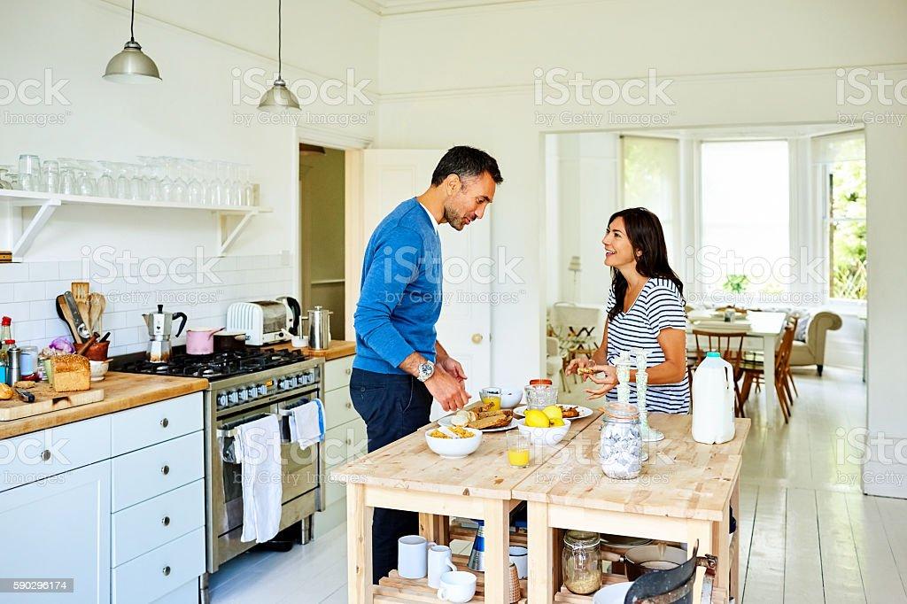 Happy pregnant couple preparing breakfast royaltyfri bildbanksbilder