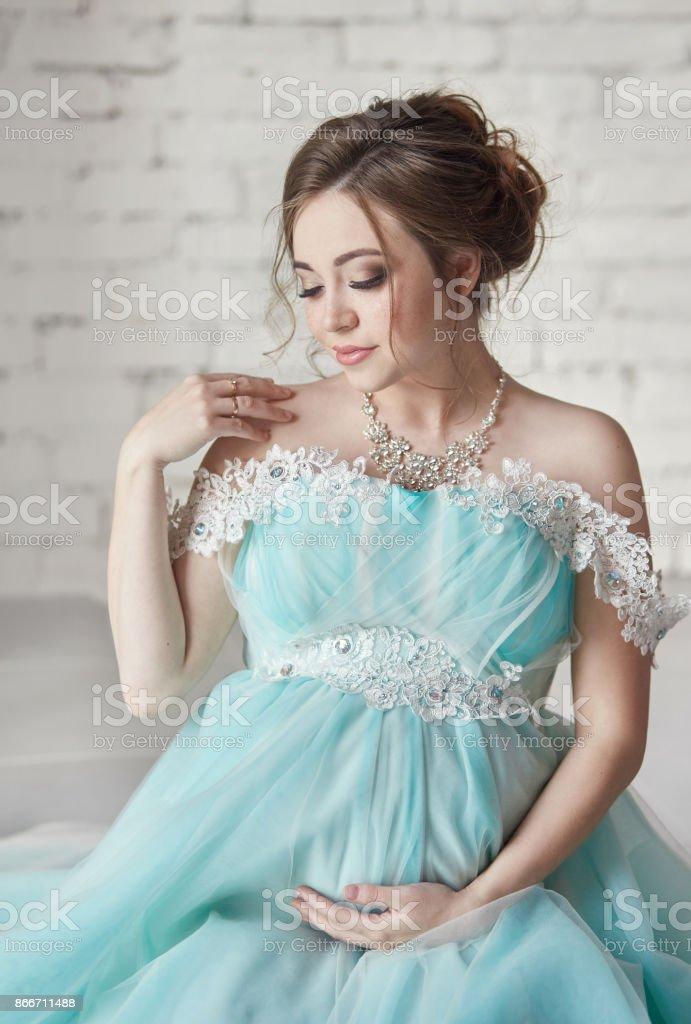 Heureuse Robe Soirée Stock Photo De Enceinte En Pzokixut Femme Longue BsQtxoChdr