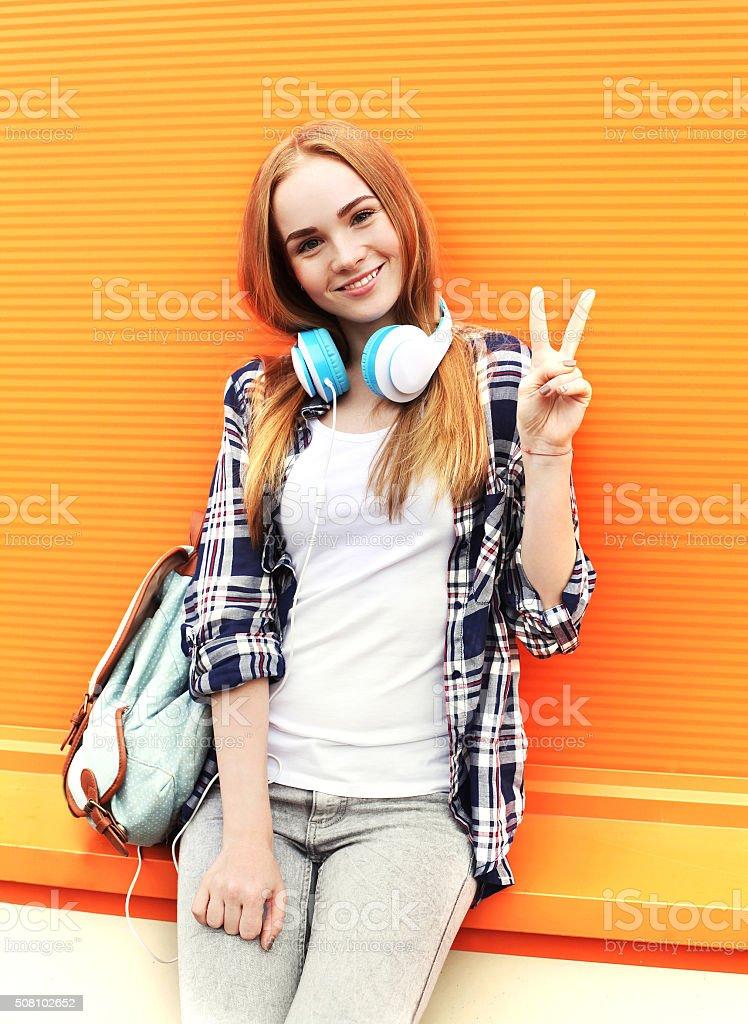 Bella Ragazza sorridente felice con le cuffie Ascolta musica in città foto  stock royalty-free 7aa2b0efed2b