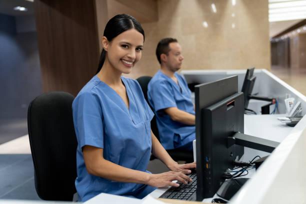 Glückliche Rezeptionistin arbeitet in einem Krankenhaus – Foto