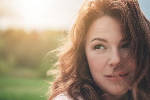 Gelukkig Roodharige Dame Geniet Van Elk Moment In De Natuur Stockfoto en meer beelden van Alleen volwassenen