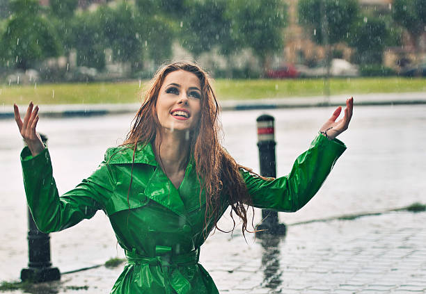 Glücklich Rotes Haar Sie den Regen-Tropfen in the park – Foto
