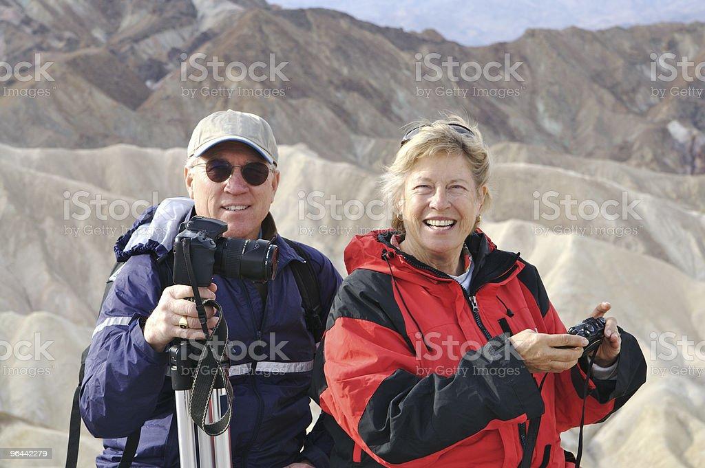 Casal feliz aposentado no Zabriskie's Point no Vale da Morte - Foto de stock de 60 Anos royalty-free