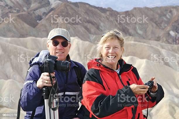 Foto de Casal Feliz Aposentado No Zabriskies Point No Vale Da Morte e mais fotos de stock de 60 Anos
