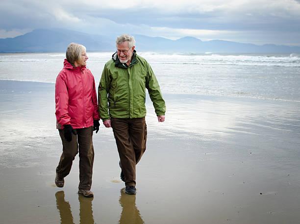 Glückliche ehemaliger Paar am Strand – Foto