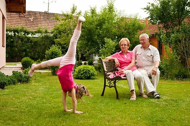 glücklichen ruhestand mit enkelkind - granny legs stock-fotos und bilder