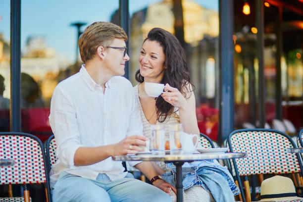 Glückliches romantisches Paar in Paris, Kaffee trinken – Foto