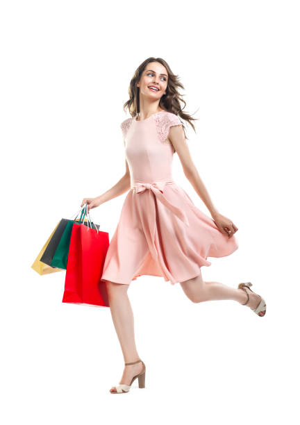 schöne frau mit vielen einkaufstüten läuft happy - kleider günstig kaufen stock-fotos und bilder
