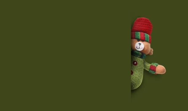 glücklicher weihnachtsmann auf grünem hintergrund. frohe weihnachten und frohe neujahrskonzept hintergrund. - sprüche zum firmenjubiläum stock-fotos und bilder