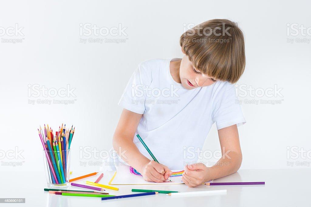 Heureux garçon école de peinture sur un bureau blanc u photos et