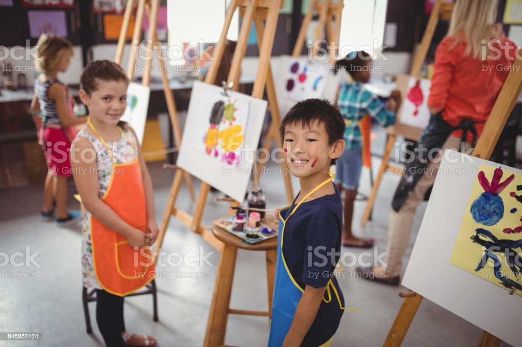Schoolkids feliz praticando desenho - foto de acervo