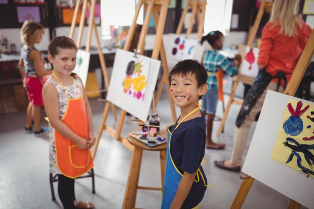 幸せな子どもたちの描画の練習 - 美術の授業 ストックフォトと画像