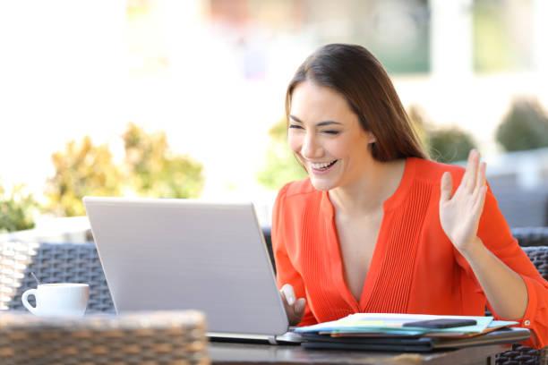 Glücklicher Selbständiger mit einem Videoanruf mit einem Laptop – Foto