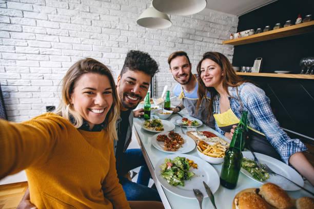 glücklich selfie von dinnerparty - küche aus paletten stock-fotos und bilder