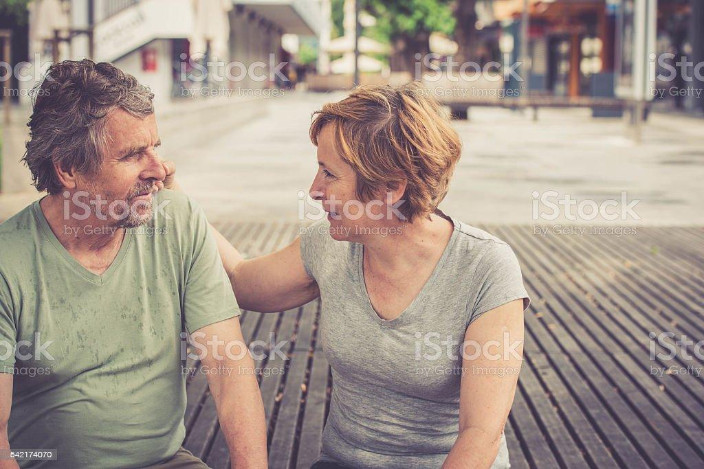 Glücklich senior europäischer Abstammung paar sitzen amd sprechen in der Stadt Lizenzfreies stock-foto