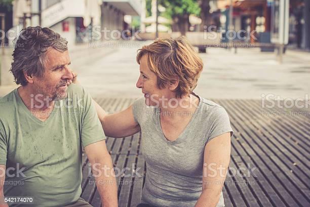 Glücklich Senior Europäischer Abstammung Paar Sitzen Amd Sprechen In Der Stadt Stockfoto und mehr Bilder von 50-54 Jahre