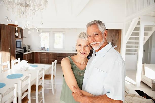Glücklich altes Paar zu Hause fühlen – Foto