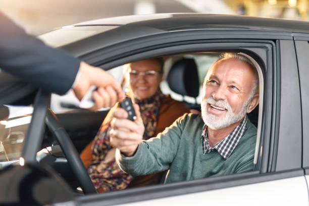 gerne älteres paar, ein auto zu kaufen. - mietwagen stock-fotos und bilder