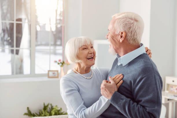 gerne älteres paar tanzen im wohnzimmer - seniorenwohnungen stock-fotos und bilder