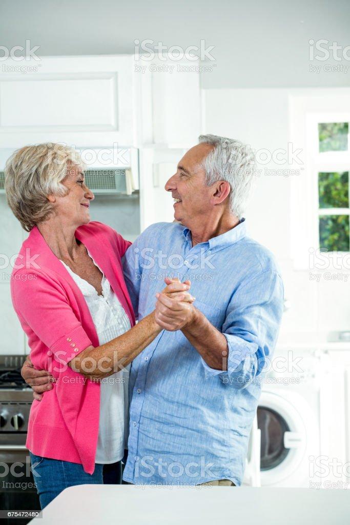 Heureux couple senior danse debout photo libre de droits