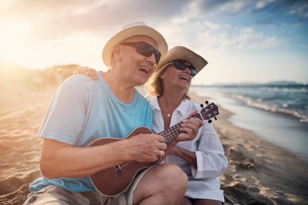 gerne älteres paar sonnenuntergang am strand - sanft und sorgfältig stock-fotos und bilder