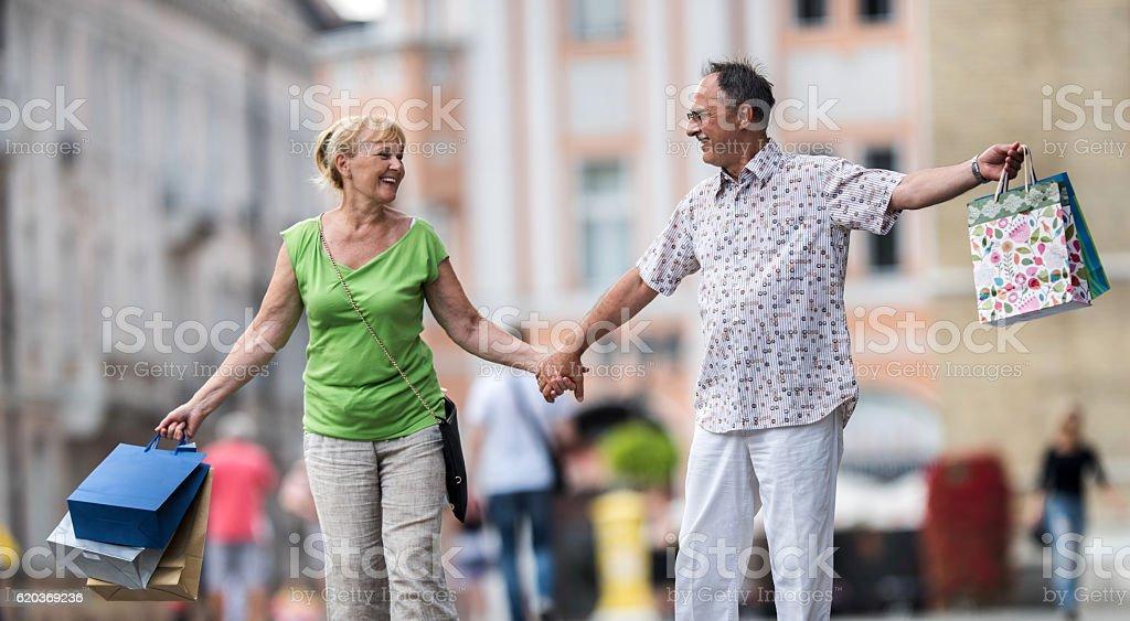 Happy senior couple having fun during shopping day. foto de stock royalty-free