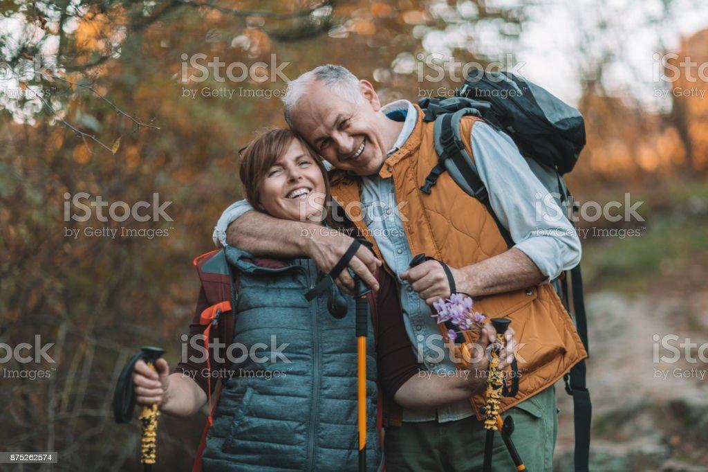 Glücklich altes Paar umarmen – Foto
