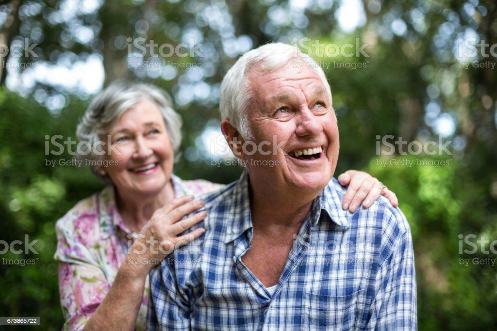 Mutlu üst düzey çift arka bahçesinde ararken royalty-free stock photo
