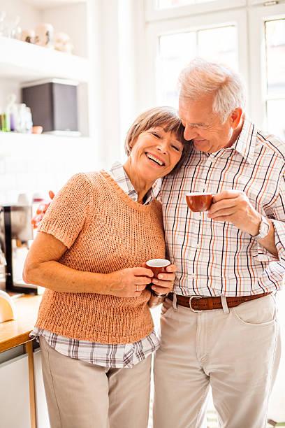 Glücklich altes Paar Kaffee am Morgen – Foto