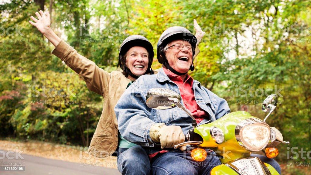 Senior Brautpaar auf Roller – Foto