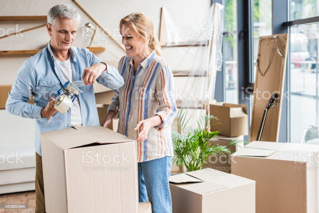 gerne älteres paar Kartons packen, bei der Verlegung – Foto