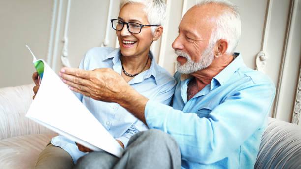 Gerne älteres Paar eine Zeitschrift liest. – Foto