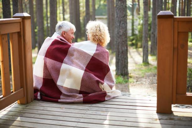 gerne älteres paar auf veranda - veranda decke stock-fotos und bilder