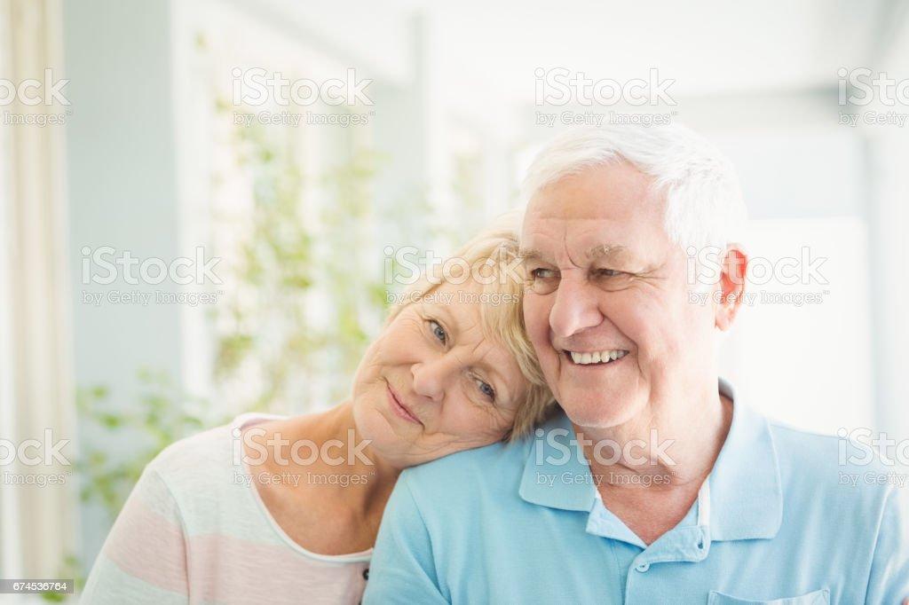 Gerne älteres paar lächelnd zu Hause – Foto