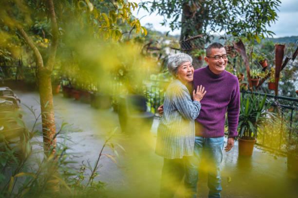 Glückliches Seniorenpaar steht im Hinterhof – Foto