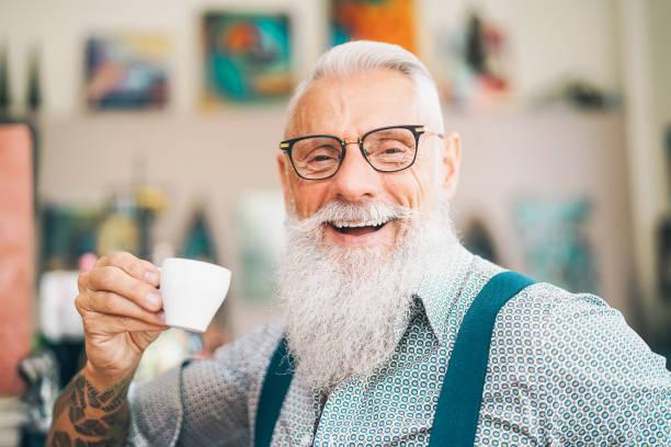 fröhlicher senioren-kaffee in der bar-hipster älteren rüden mit kaffeepause-lifestyle menschen konzept - italienischer abstammung stock-fotos und bilder