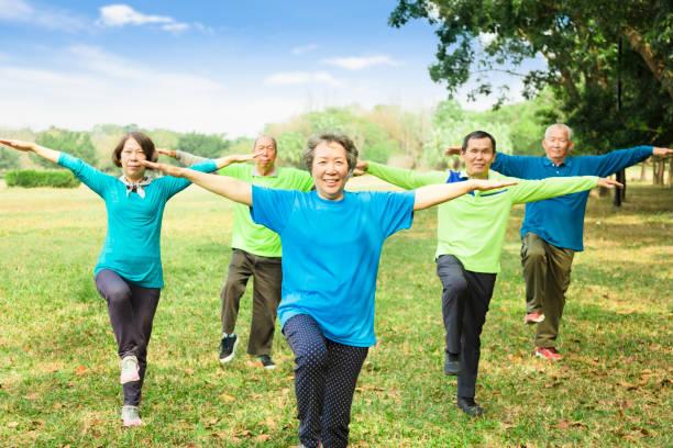 glücklich senior gruppenübung freunde und spaß - granny legs stock-fotos und bilder